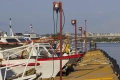 在小游艇船坞的小船 免版税库存图片