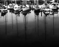 在小游艇船坞的帆船黑白的 免版税库存照片