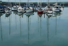 在小游艇船坞的帆船 免版税库存图片