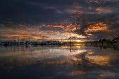 在小游艇船坞的日落在Anacortes在华盛顿美国美国 免版税图库摄影