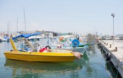 在小游艇船坞的渔船 免版税库存图片
