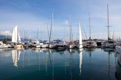 在小游艇船坞的游艇在希腊,反映在水 免版税库存图片