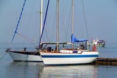 在小游艇船坞的游艇 免版税库存图片