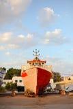 在小游艇船坞的老变色的船 免版税库存图片