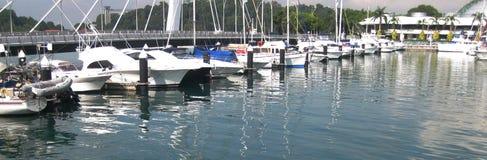 在小游艇船坞的豪华游艇 库存照片