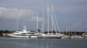 在小游艇船坞的超级游艇 免版税库存照片