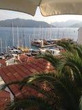在小游艇船坞附近的土耳其马尔马里斯港日落 免版税图库摄影