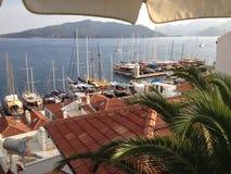 在小游艇船坞附近的土耳其马尔马里斯港日落 免版税库存图片