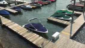 在小游艇船坞靠码头的小船大角度建立的射击  股票视频