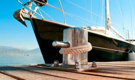 在小游艇船坞靠码头的游艇 免版税库存图片