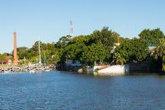 在小游艇船坞-科洛尼亚德尔萨克拉门托,乌拉圭的码头 免版税库存图片