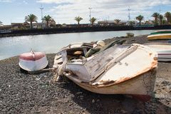 在小游艇船坞de兰萨罗特岛的小船 免版税图库摄影