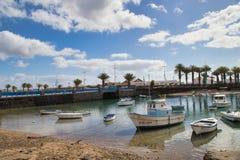 在小游艇船坞de兰萨罗特岛的小船 免版税库存图片
