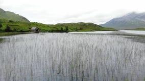 在小湖和小河的飞行在苏格兰的高地 股票录像