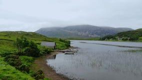 在小湖和小河的飞行在苏格兰的高地 影视素材