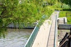 在小瀑布的桥梁 免版税库存照片