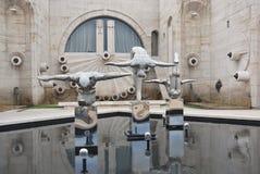 在小瀑布附近的现代艺术雕象 库存照片