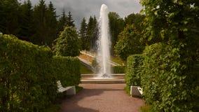 在小瀑布`金黄山`的脚的Managere喷泉 开化极大的历史记录博物馆一停放peterhof俄语的喷泉 股票录像