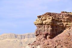在小火山口, Neqev沙漠的红色峭壁 库存照片