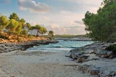 在小热带海滩的日落 库存照片