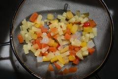 在小片断的水果沙拉在水过滤器,在吃,自然本底前洗涤您的果子 免版税库存图片