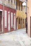 在小狭窄的街道上的古老房子 免版税库存照片