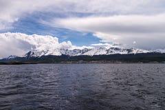 从一条小船的Ushuaia在小猎犬渠道 免版税库存图片