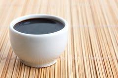 在小白色盘的Soja调味汁 库存图片