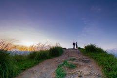 在小的亚当斯峰顶的美好的日出在埃拉,斯里兰卡 免版税库存图片