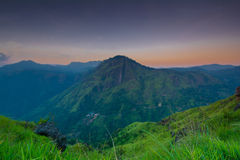 在小的亚当斯峰顶的美好的日出在埃拉,斯里兰卡 图库摄影