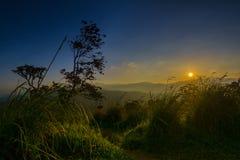 在小的亚当斯峰顶的美好的日出在埃拉,斯里兰卡 免版税库存照片