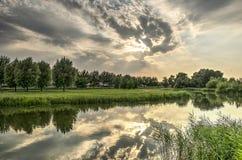在小的河的晚上 免版税库存图片