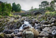 在小的流的Ashness桥梁在湖区 免版税库存照片