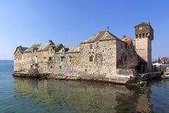 在小的海岛上的城堡 免版税图库摄影