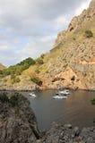 在小的海湾的三条游艇 majorca西班牙 27威严2013年 免版税库存照片