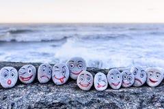 在小石头的面带笑容 免版税库存图片