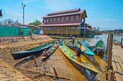 在小码头, Ywama, Inle湖,缅甸的皮船 免版税库存图片