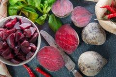 在小碗的自创未加工的甜菜根沙拉 库存照片