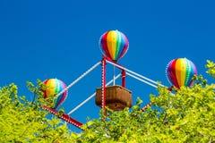 在小篮子弗累斯大转轮的五颜六色的气球 免版税库存图片