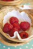 在小篮子的莓 免版税库存图片