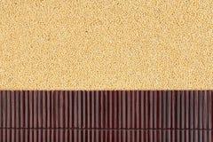 在小米五谷的美丽的竹席子作为农业背景 免版税库存图片
