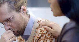 在小组会议期间,人们安慰并且互相支持 影视素材