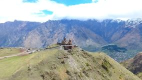 在小组的飞行在的徒步旅行者游人附近山脉空中录影 远足旅行旅游业高加索Svaneti 影视素材