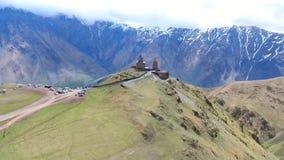 在小组的飞行在的徒步旅行者游人附近山脉空中录影 远足旅行旅游业高加索Svaneti 股票录像