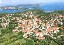 在小老的海运附近的蓝色城市 库存照片