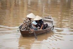 在小船会安市,越南的家庭 库存照片