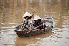 在小船会安市,越南的家庭 免版税库存照片