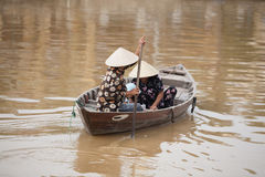 在小船会安市,越南的家庭 免版税图库摄影