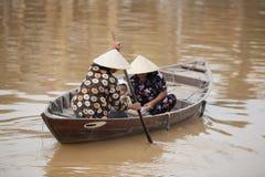 在小船会安市,越南的家庭 免版税库存图片