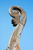 在小船北欧海盗Drakkar的被雕刻的鸟的头在维堡 库存照片